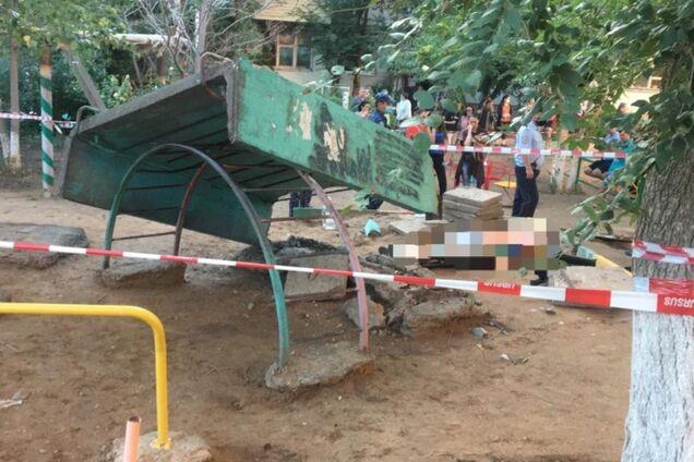 В России ребенка на детской площадке раздавило бетонной плитой. Видео 18+