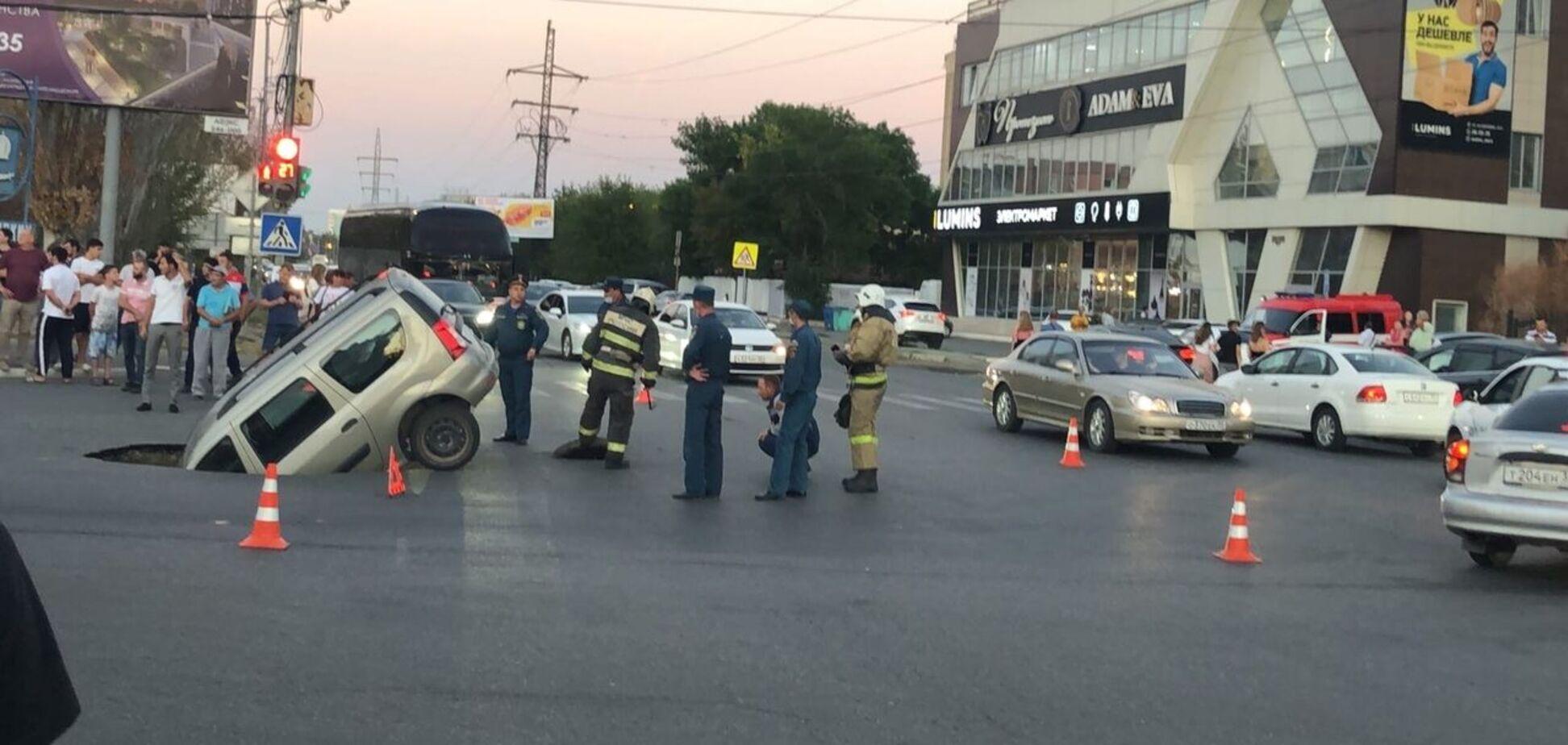 В Астрахани машина провалилась под асфальт