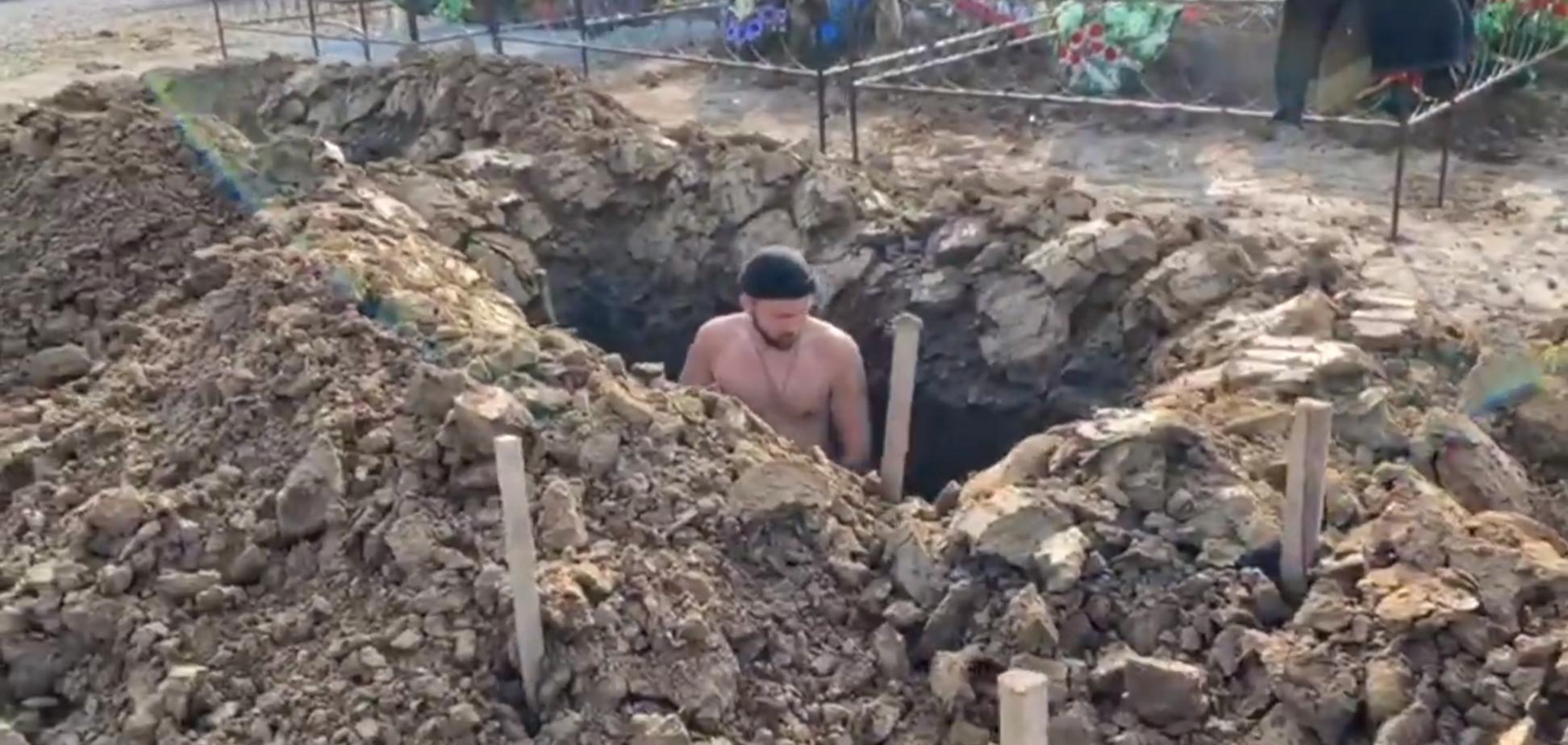 У Росії влаштували змагання з копання могил на швидкість