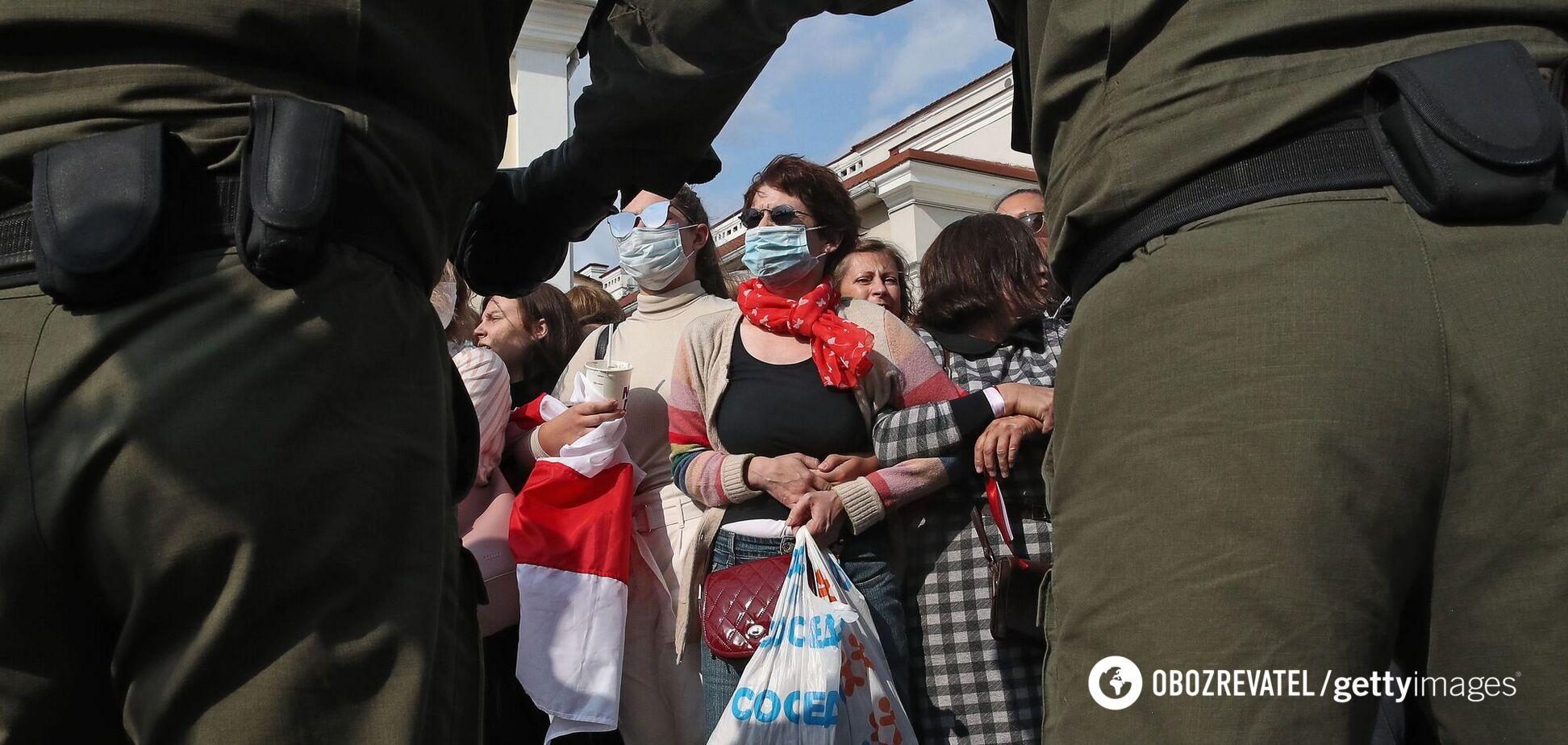 Люди в балаклавах и стали задерживать участниц акции