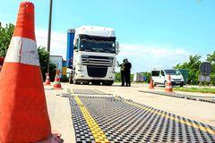 В Украине за переполненные грузовики насчитали более 4 млн грн штрафов. Фото: Голос Украины