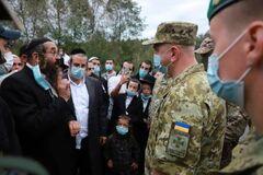 Сотни хасидов заблокировали дорогу на границе с Беларусью, Украина стянула военную технику. Видео