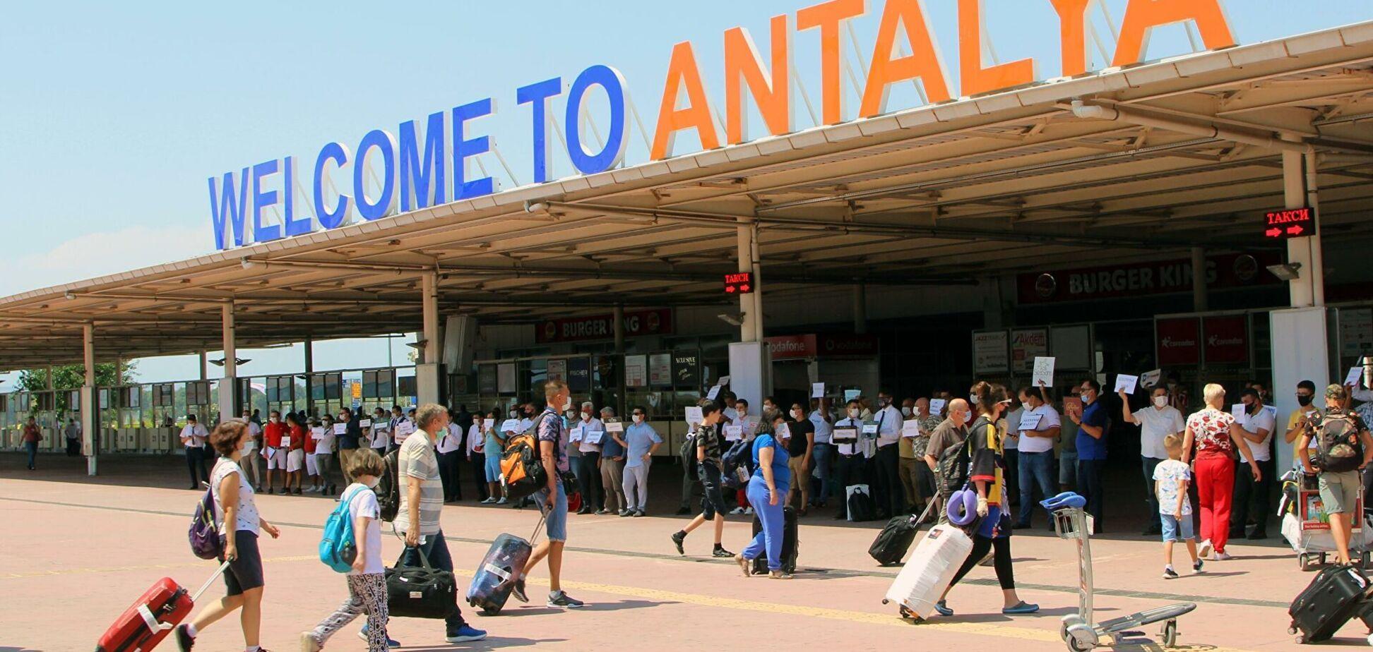 В Турции российских туристов, ехавших в автобусе с больным COVID-19, выселили из отелей