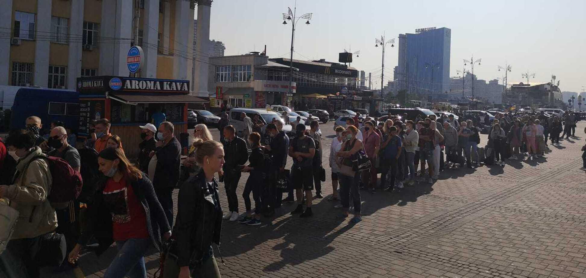 Черга на метро в Києві. Джерело: Олександр Рудоманов у Facebook