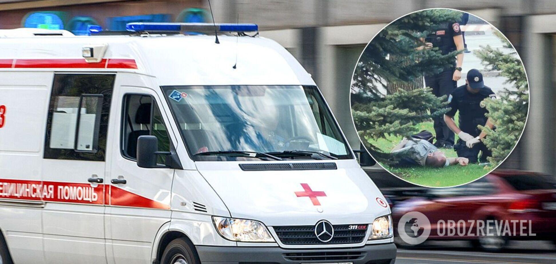 В центре Днепра мужчина вонзил в себя нож на глазах у толпы. Фото и видео 18+