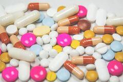 Витамин C следует принимать большими порциями всю зиму, а не только в начале болезни, а цинк – в виде таблеток для рассасывания