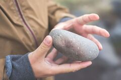 На Днепропетровщине подросток с камнями и палками набросился на бездомного. Видео