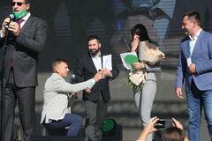'Слуга Народа' сделал предложение возлюбленной на партийном съезде
