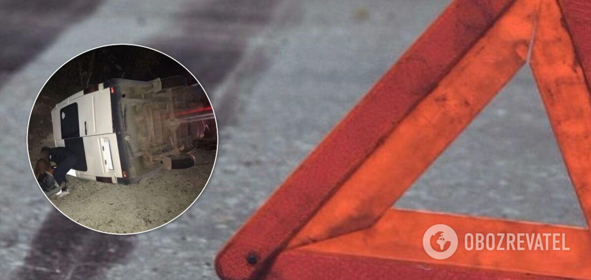 На Буковині пасажирський мікроавтобус зіткнувся з легковиком і перекинувся