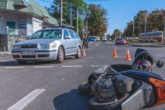 У Дніпрі в результаті ДТП постраждав мотокур'єр. Фото з місця аварії