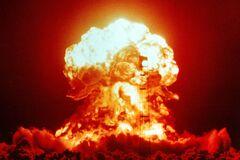 Взрыв ядерной бомбы на полигоне в Неваде, 1953 год