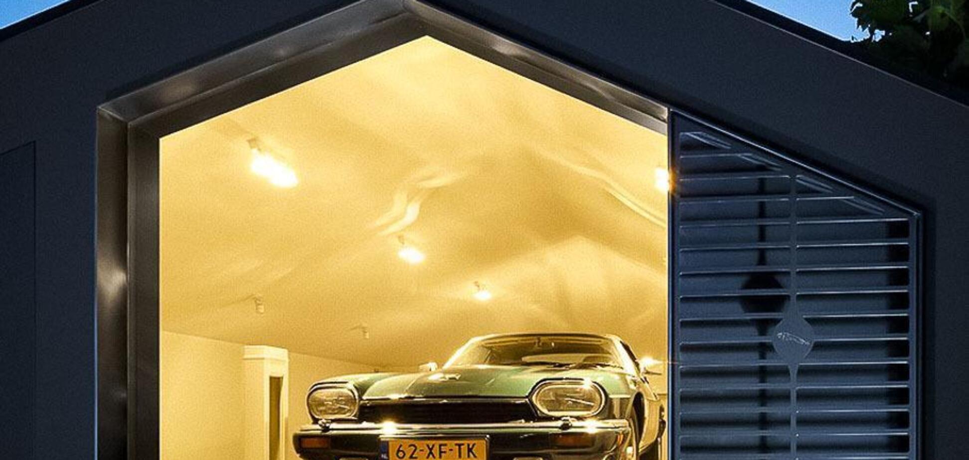 Сімейна пара побудувала унікальний гараж для своїх авто