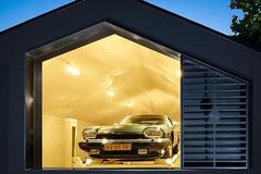 Семейная пара построила уникальный гараж для своих авто