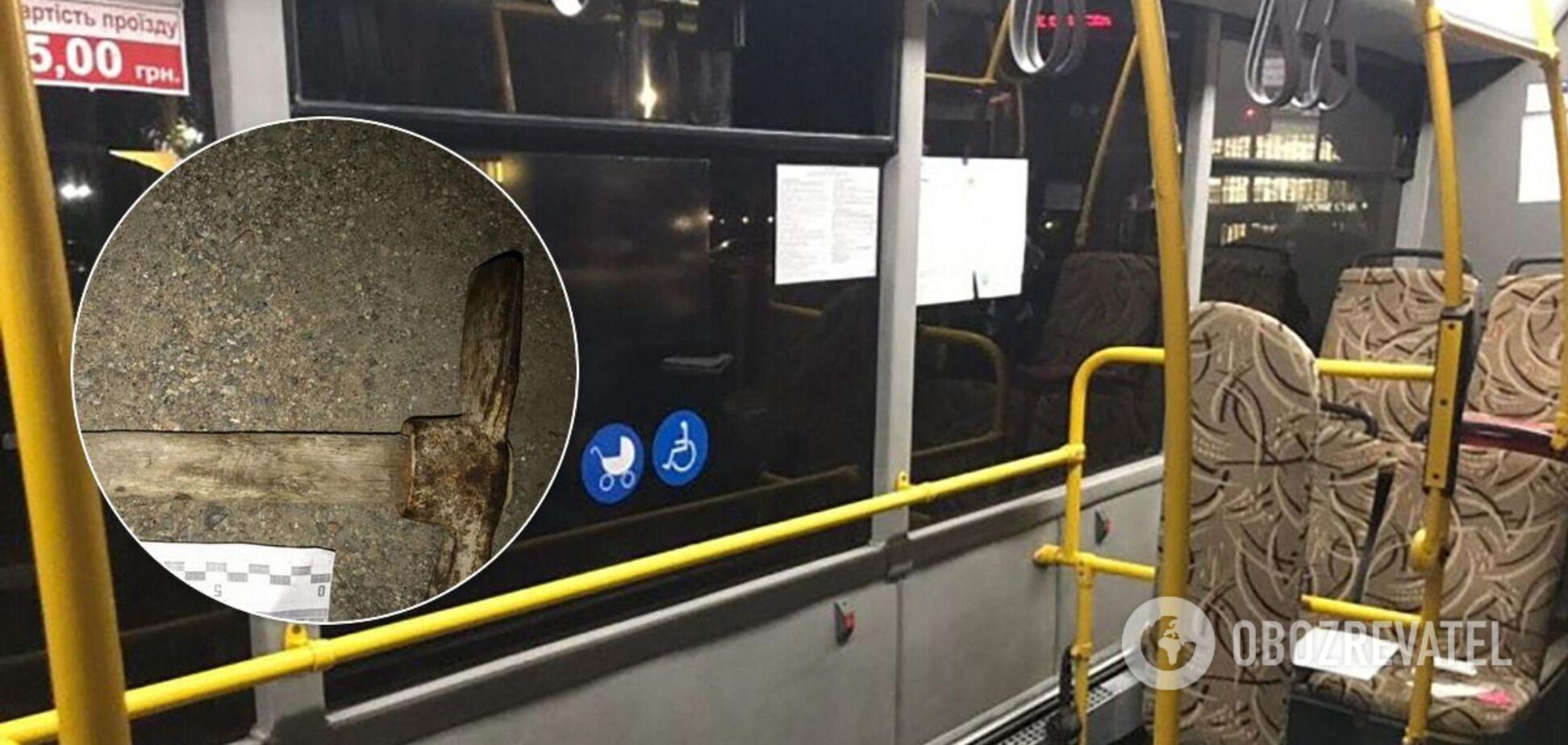 У Запоріжжі пасажира автобуса побили молотком. Відео 18+