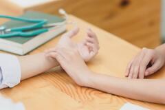 Кончики пальцев при заболевании становятся несколько толще