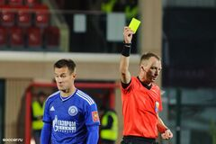 Анатолий Жабченко показывает желтую карточку игроку 'Оренбурга'