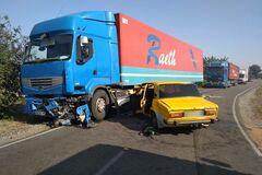 На Дніпропетровщині авто влетіло в фуру, постраждала дитина. Фото з місця ДТП