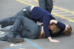В Кривом Роге подростки устроили драку в школе и попали в больницу