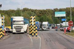На границе с Венгрией и Словакией скопились сотни автомобилей