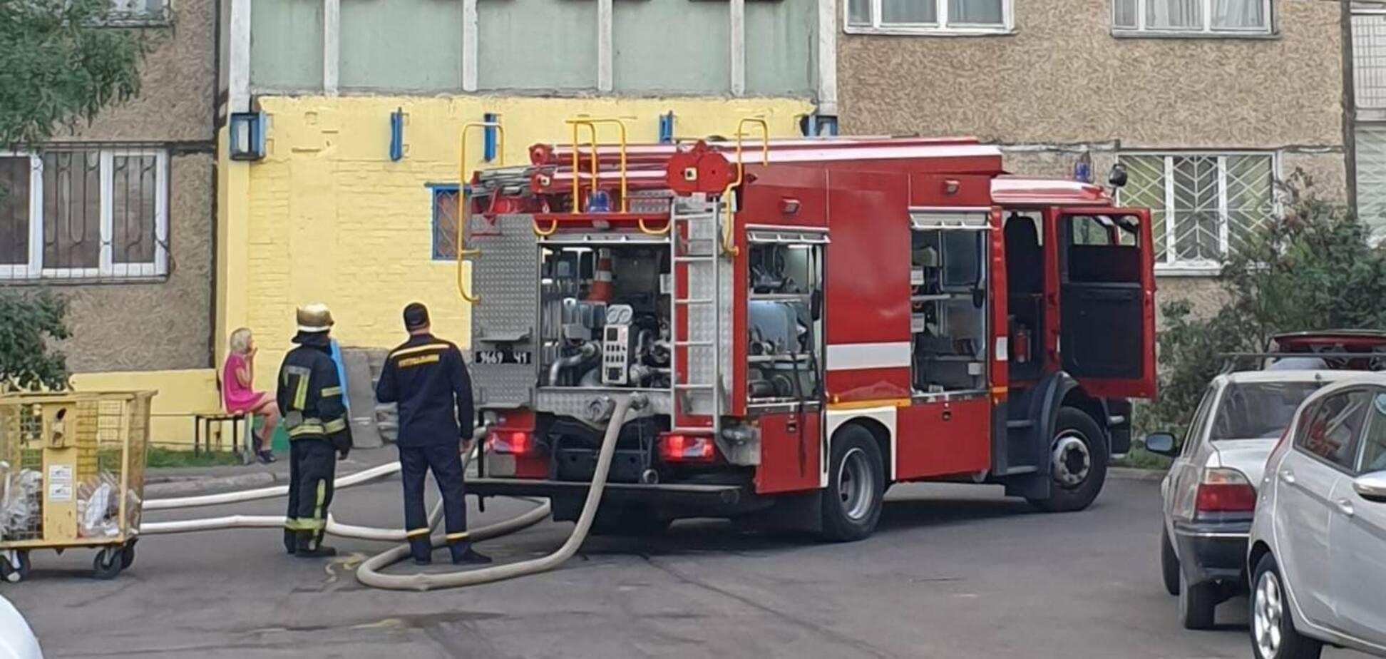 У Києві в квартирі трапилася велика пожежа: є потерпілий. Відео