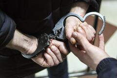На Днепропетровщине пойманный на горячем прокурор выбросил взятку в окно