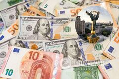 В Украине перед выходными вырос курс доллара, а евро снизился