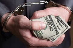 В Тернополе на миллионной взятке задержали топ-налоговика и его сына: угрожали расправой