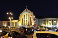 На Центральном вокзале в Киеве забор упал на рельсы. Фото: Седьмое небо