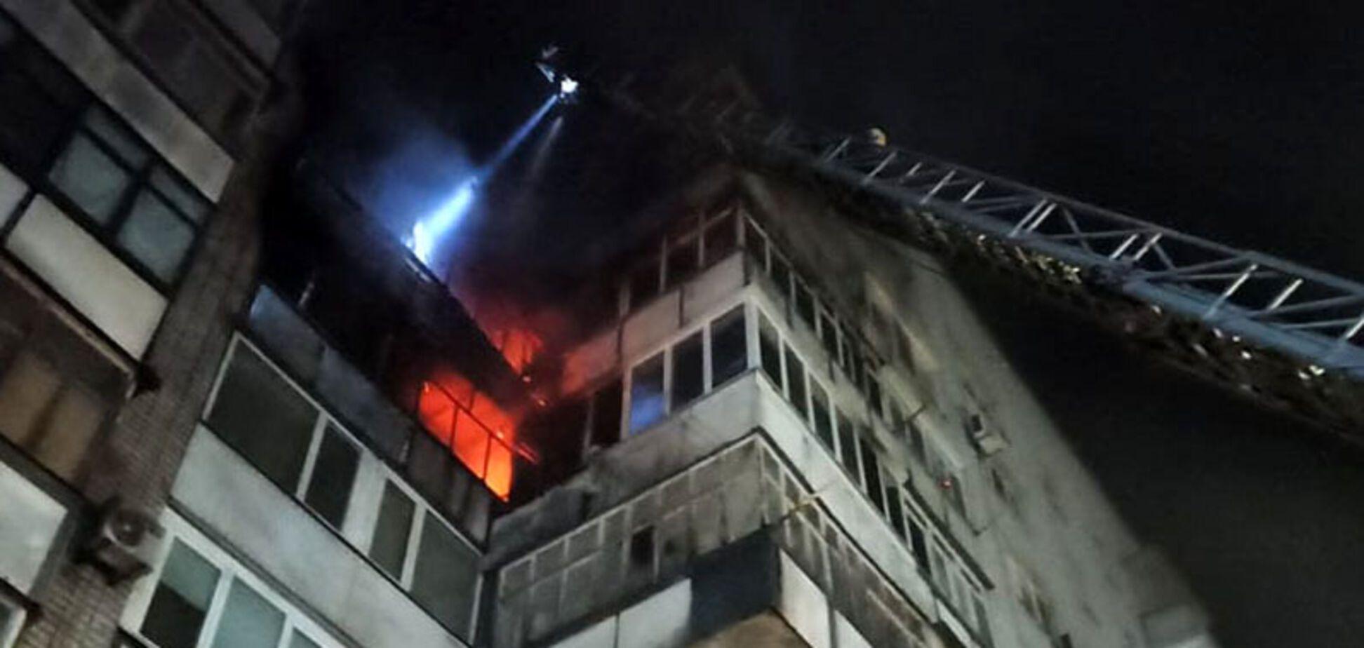 Под Днепром в многоэтажке огонь охватил несколько этажей: спасатели эвакуировали людей
