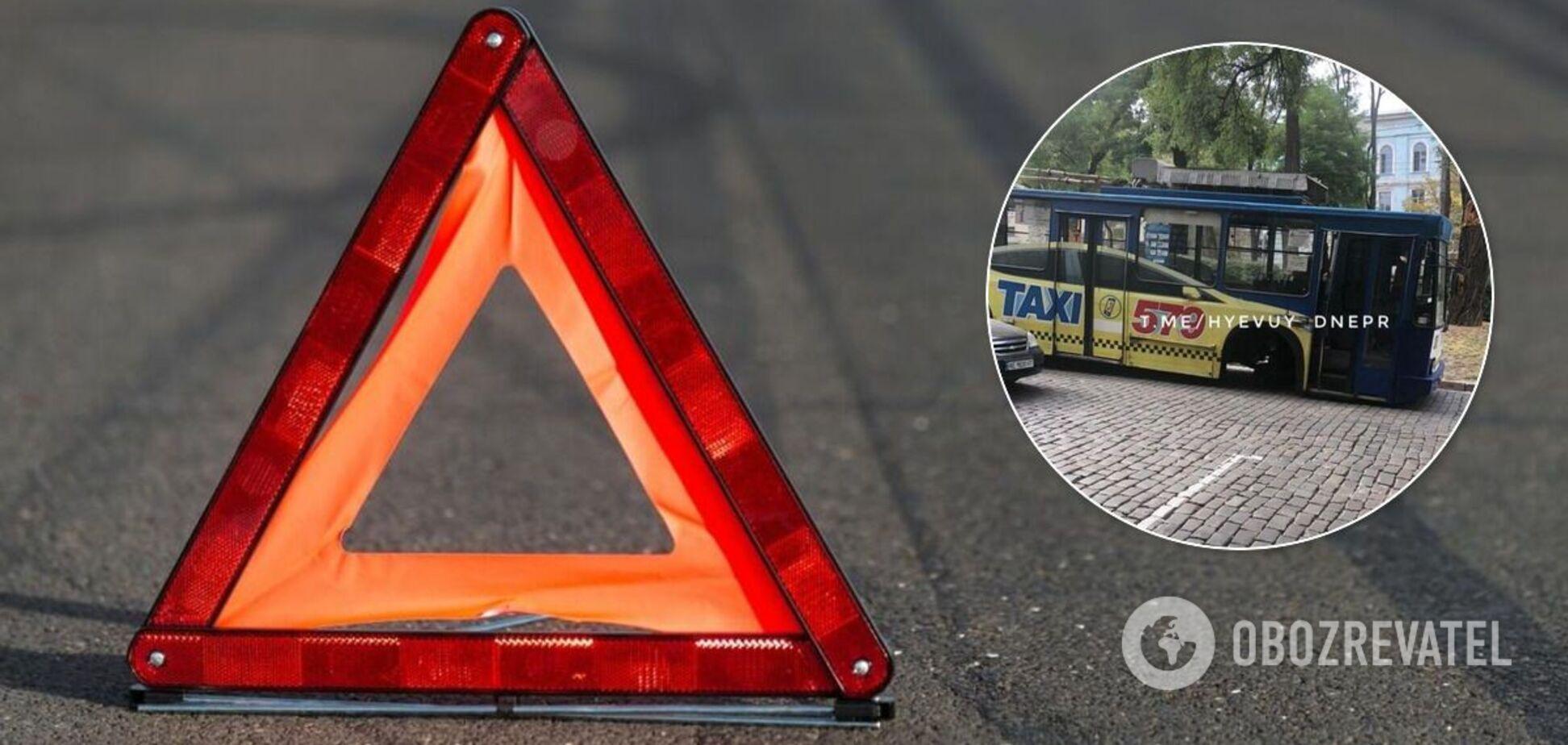 У Дніпрі у тролейбуса на ходу відвалилося колесо і влетіло в магазин. Фото