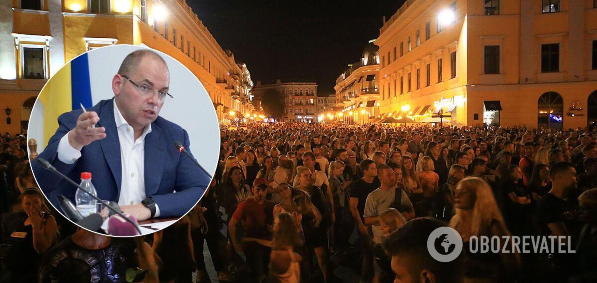 Десятки тысяч людей собрались на площади без масок в Одессе