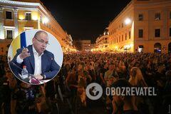 Десятки тисяч людей зібралися на площі без масок в Одесі