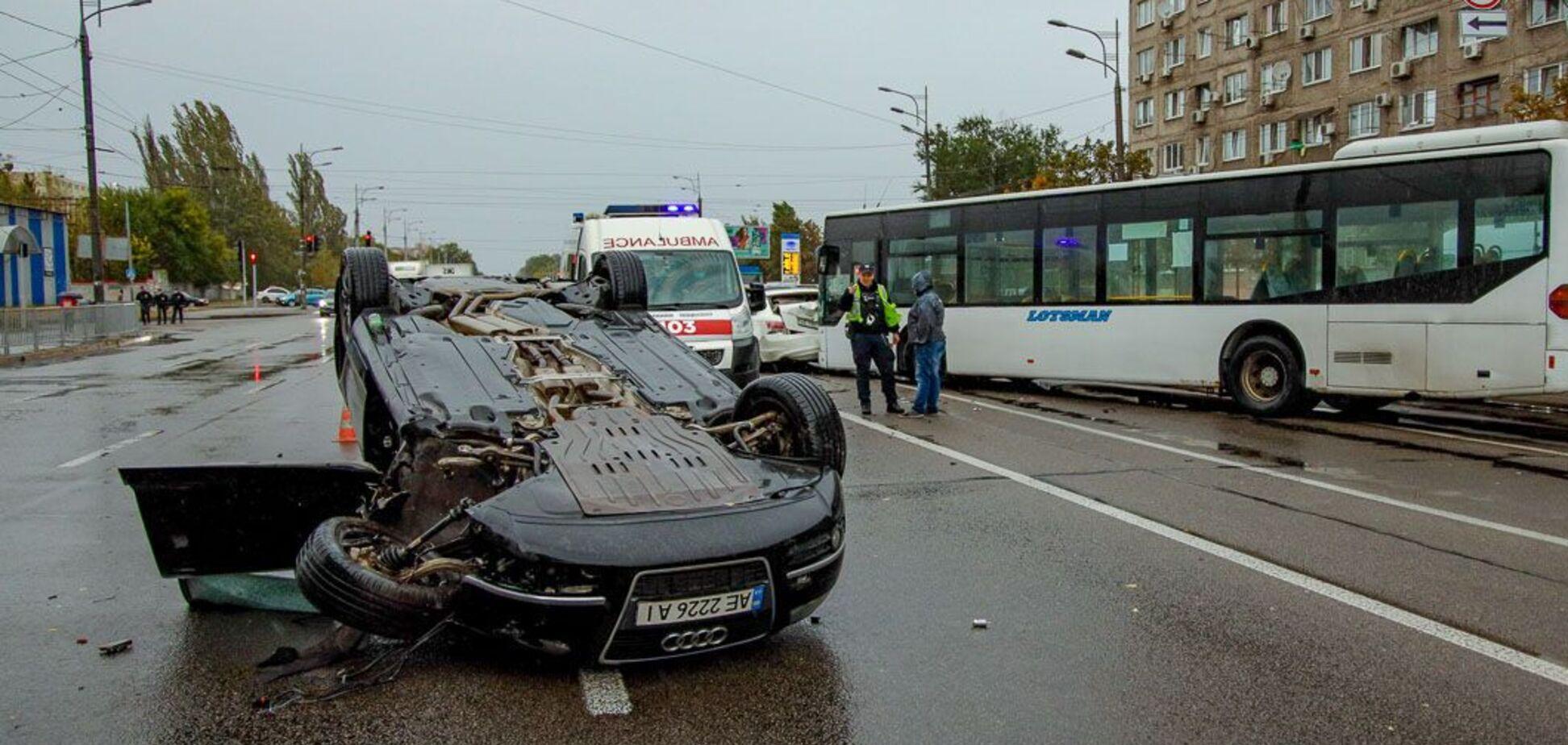 В Днепре в ДТП с переворотом пострадали два человека. Фото