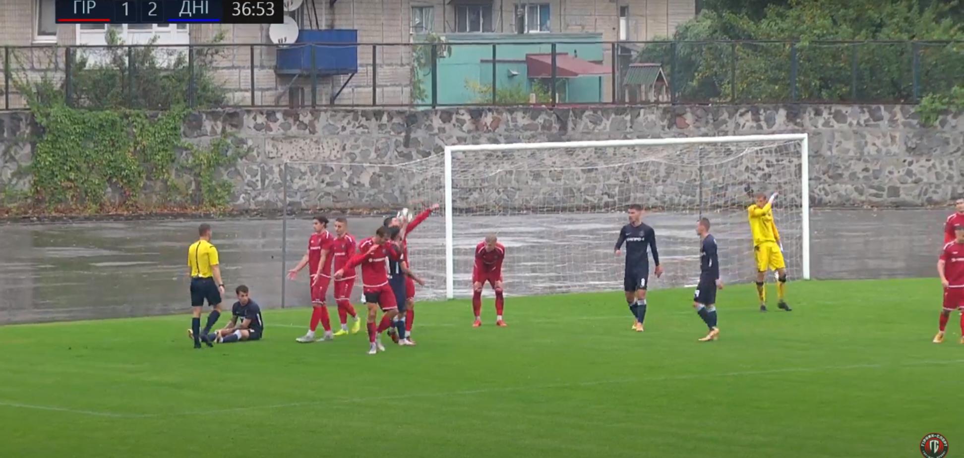 Футболист в Кубке Украины забил сумасшедший 'многоразовый' пенальти. Видео
