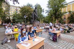 В Днепре одновременно более 200 человек под открытым небом написали диктант об Александре Поле