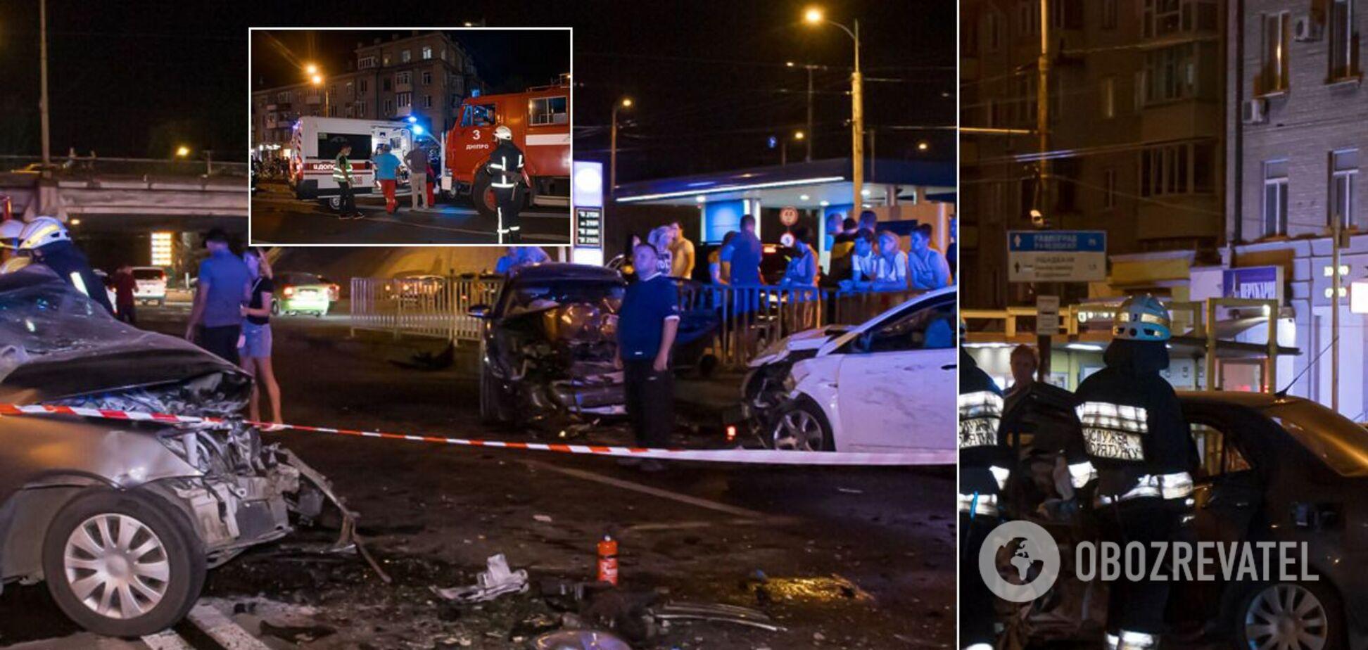 В Днепре произошло масштабное ДТП: погибшего водителя вырезали из авто. Фото и видео