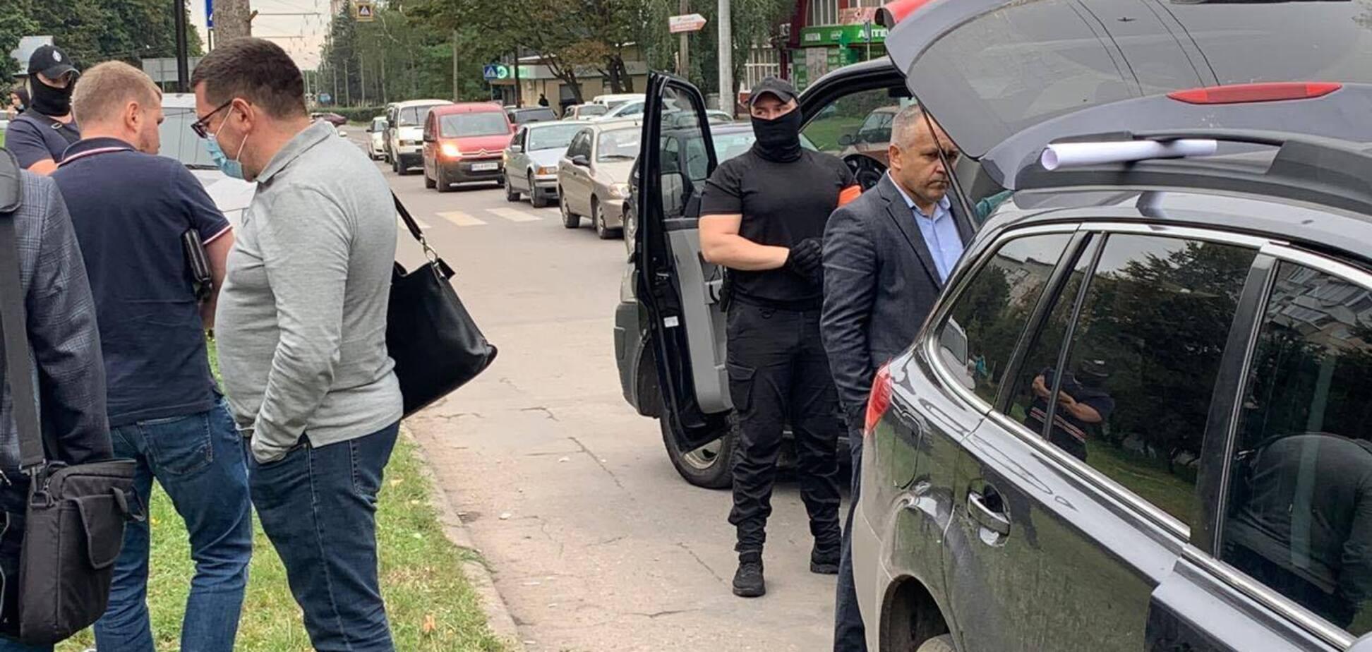 ЗМІ розповіли про будинки та земельні ділянки затриманого податківця із Тернополя