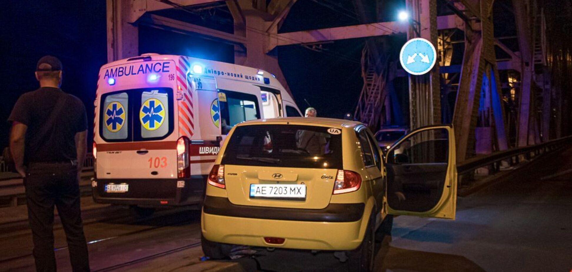 В Днепре при наезде авто на отбойник пострадали 4 человека. Фото и видео