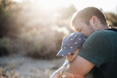 Мужчин с небольшим лишним весом людиболее склонны считать хорошими отцами