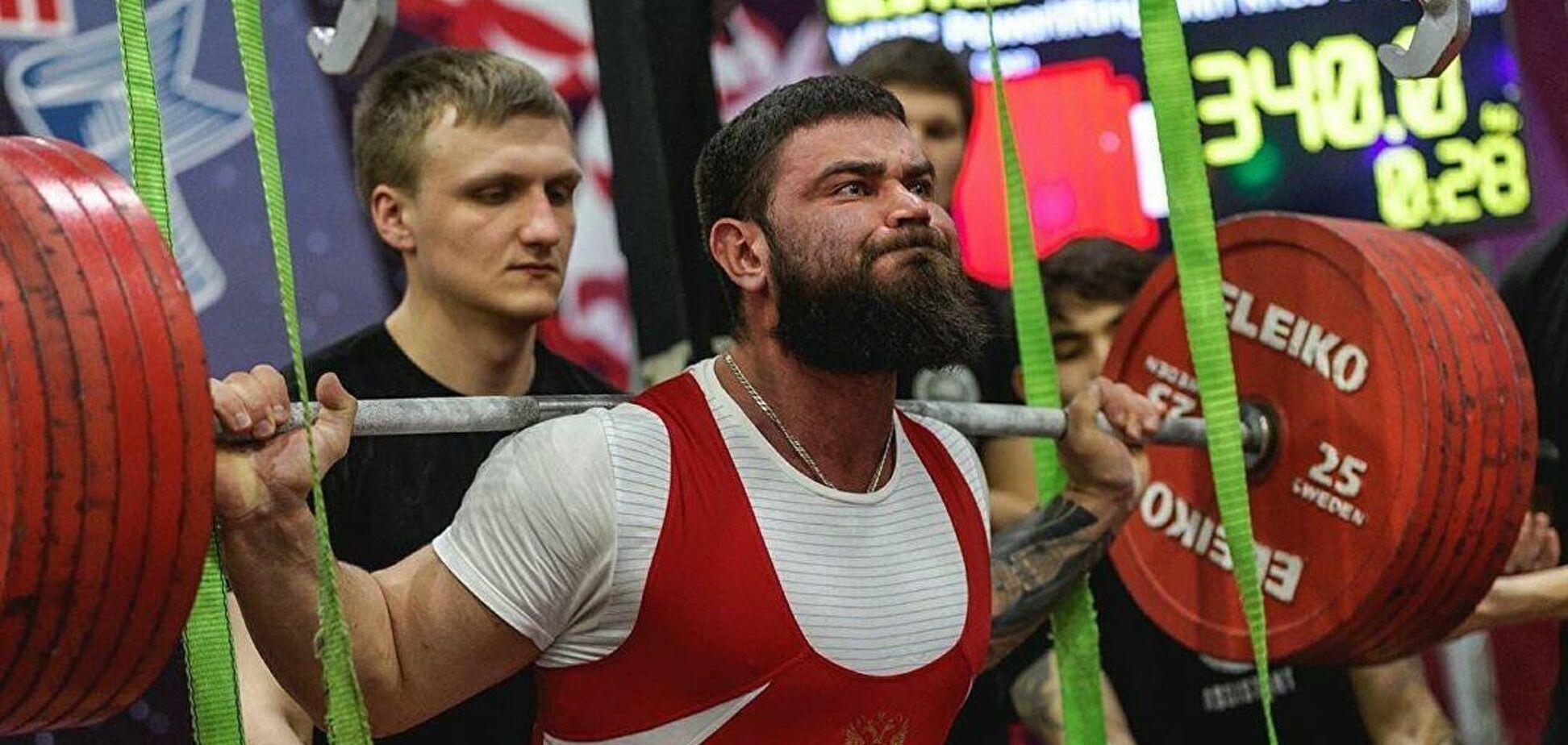 Александр Седых пытается поднять штангу