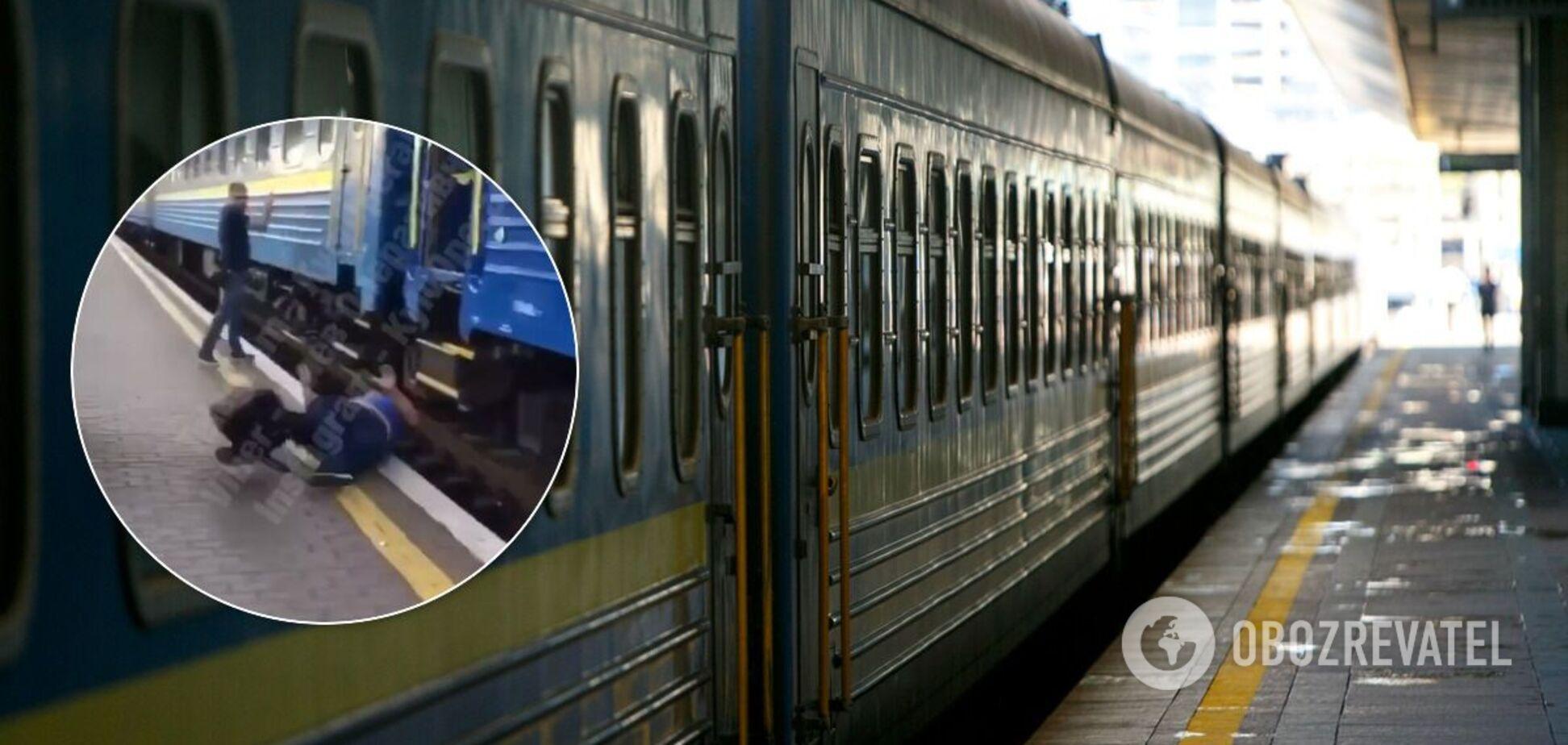 У Києві чоловік намагався на ходу застрибнути у поїзд і ледве не загинув. Відео 18+