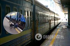 В Киеве мужчина пытался на ходу запрыгнуть в поезд и едва не погиб. Видео 18+