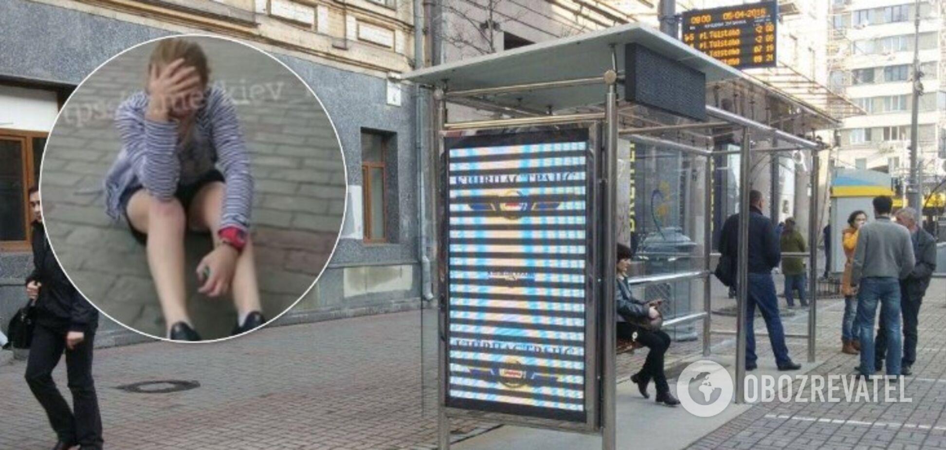 У центрі Києва на зупинці невідомий побив жінку. Фото: колаж