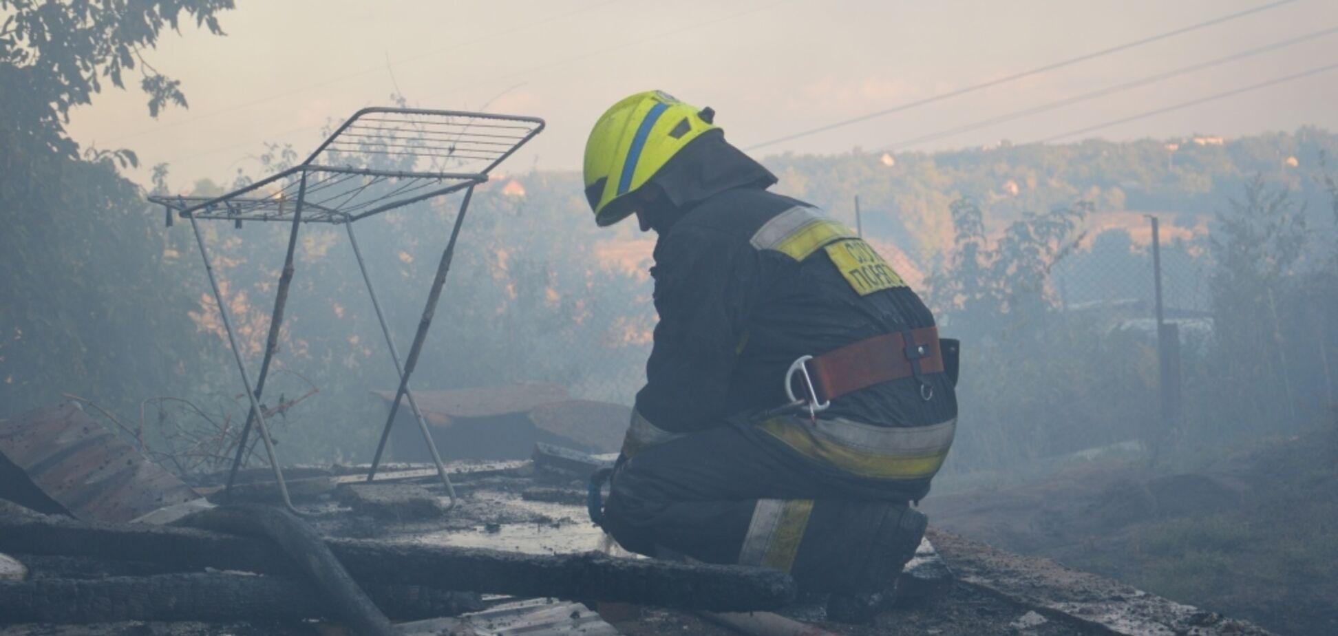 В Днепре при пожаре в двухэтажке пострадал мужчина. Фото с места ЧП
