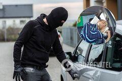 Преступник украл машину с пассажирами