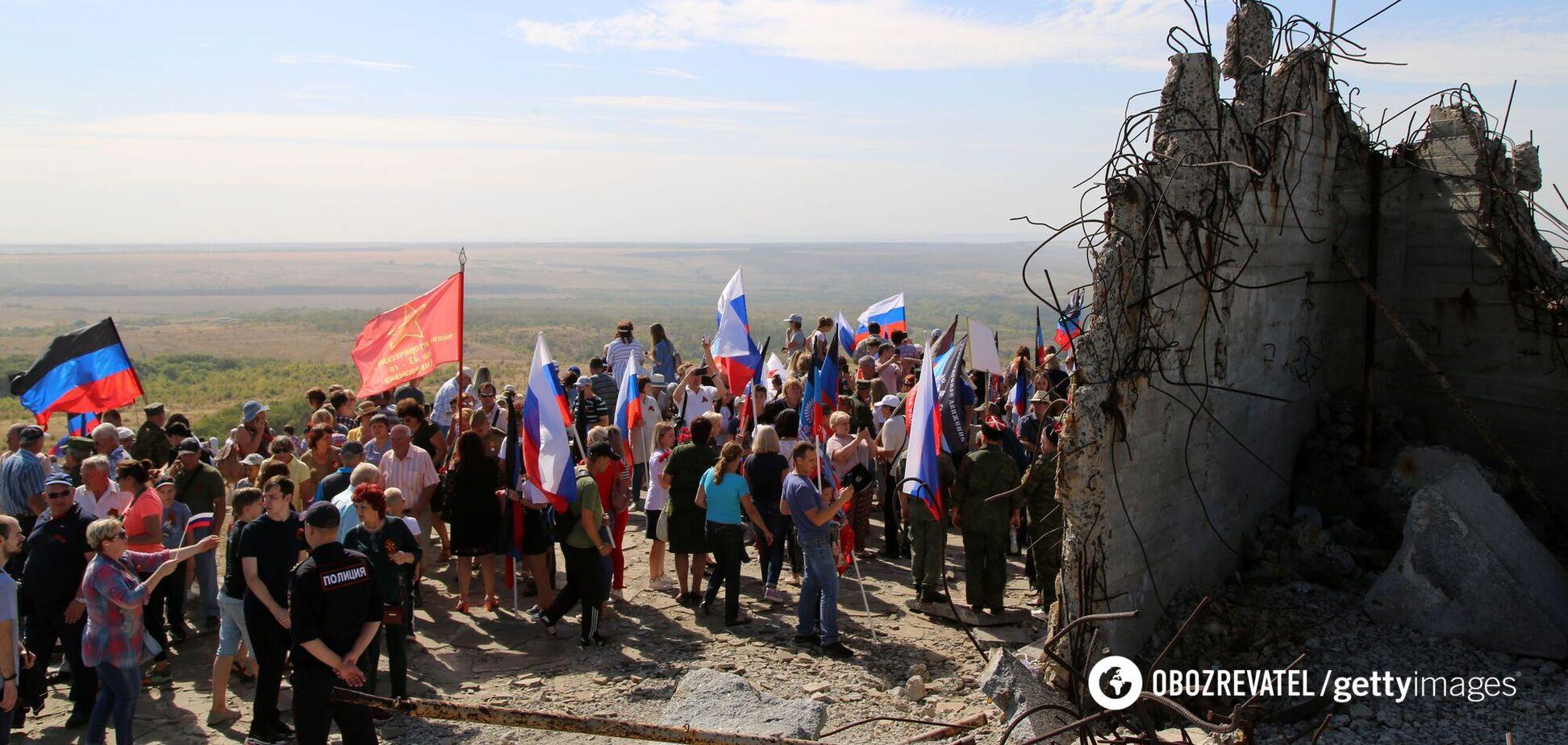 Люди беруть участь у заході з нагоди 77-ї річниці визволення Донбаської області