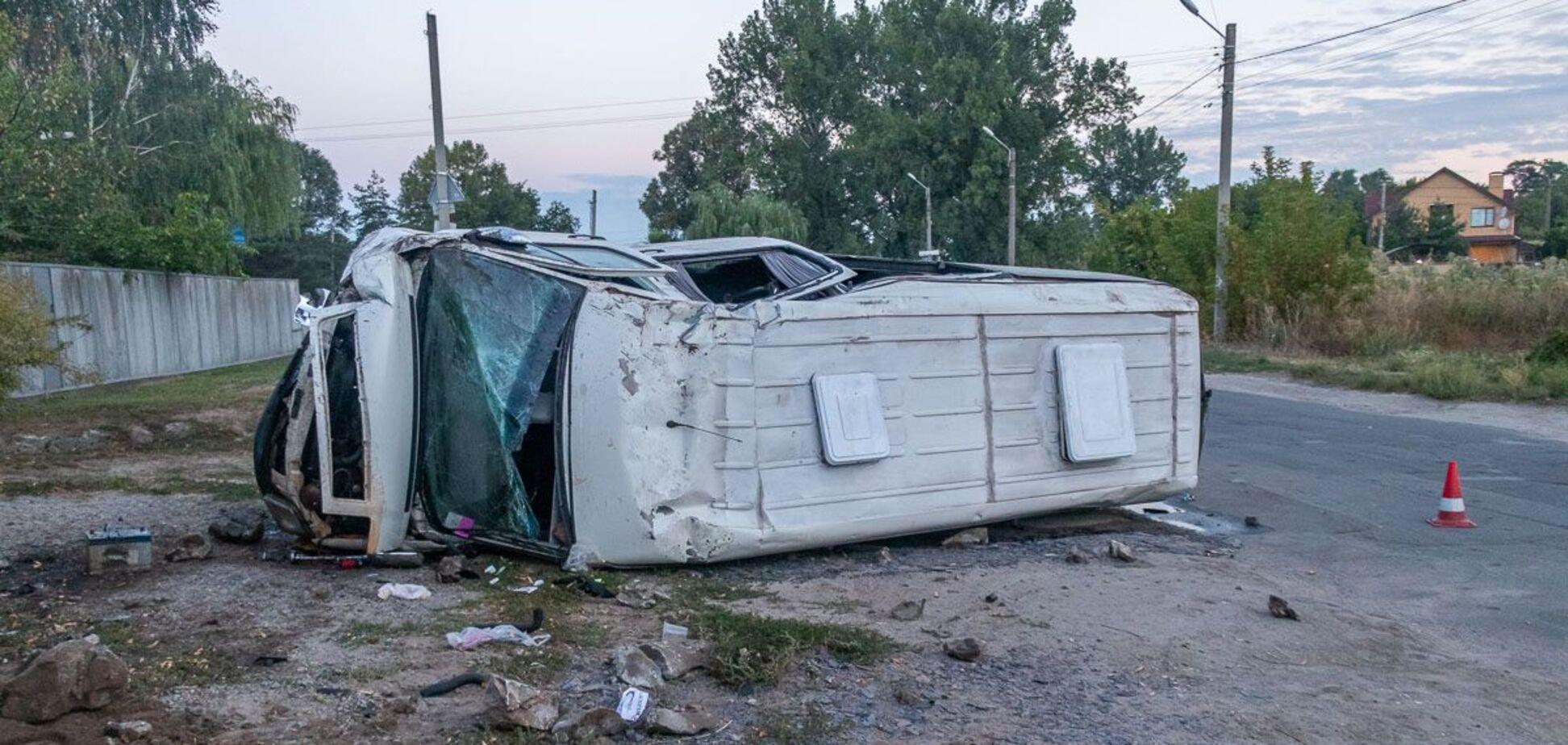 У Дніпрі перекинулася маршрутка, є постраждалий. Фото з місця ДТП