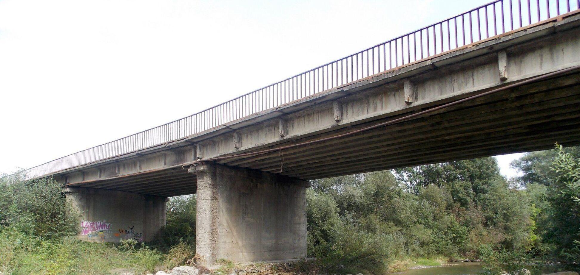 На Днепропетровщине с моста упал автомобиль