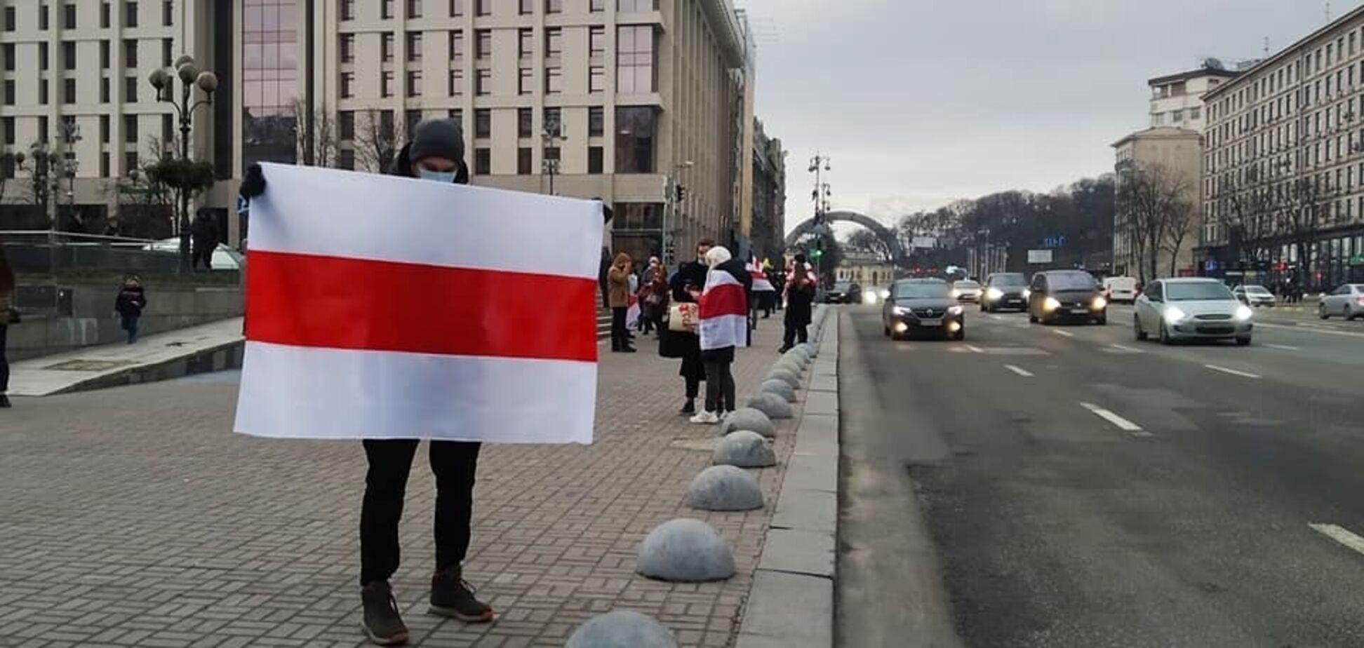 У Києві створили 'ланцюг солідарності' на підтримку протестів у Білорусі. Фото