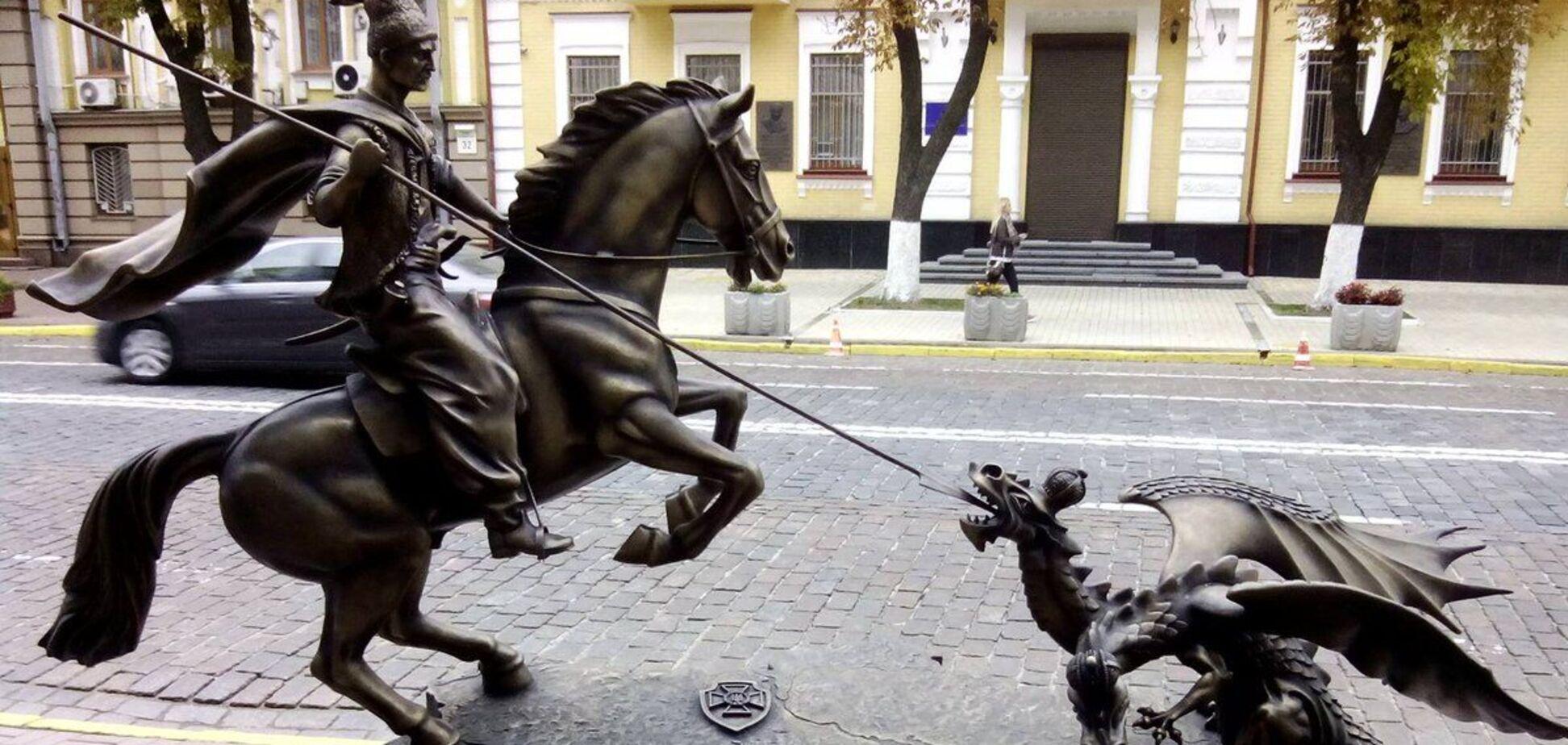 Знаковий пам'ятник у Києві 'пристосували' до 'ковідної' реальності. Фото